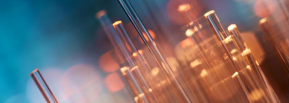 Prysmian Group alcanza un nuevo récord de velocidad de 1 Petabit por segundo en la transmisión de datos por fibra óptica, 5,7 veces más que la velocidad anterior (fibra monomodo)